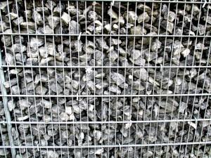 Gabionenzaun mit hellen Steinen